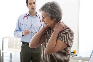 Врач выявляет причину головных болей