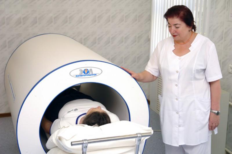 Врач физиотерапевт проводит процедуру